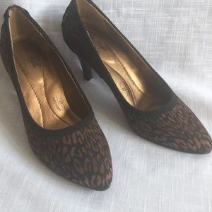 VG Women 6 HushPuppies SoftStep Animal Print Heels